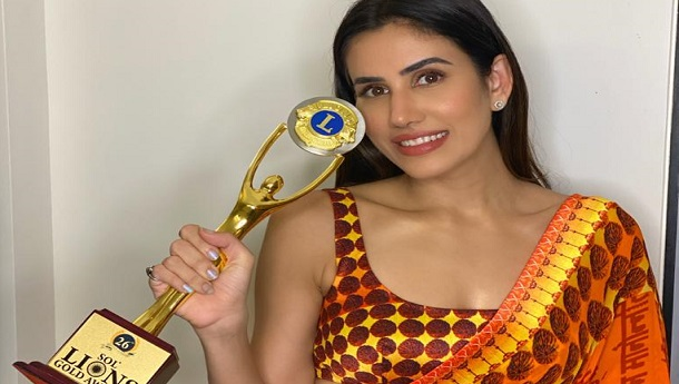 Sonnalli Seygall receives the 'Lions Best Fitness Pro Actor Of The Year' award