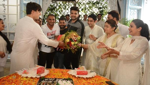 Karan Kundrra bids adieu to Rajan Shahis Yeh Rishta Kya Kehlata Hai, gets a warm farewell